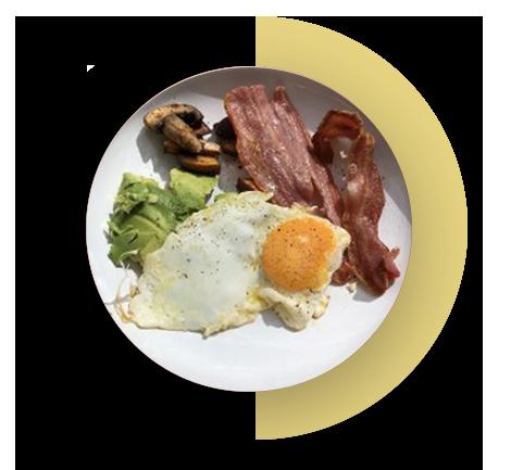 Jajko z bekonem i avocado na talerzu 2